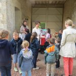 Abbaye-Pentecote 2016-Enfants sous le porche