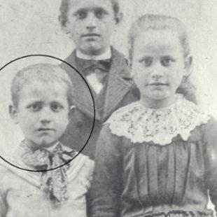 Henri Grialou en 1900 avec son frère Marius et sa soeur Angèle / With his brother Marius and his elder sister / Enrique Grialou en 1900 con su hermano Mario y su hermana Ángela
