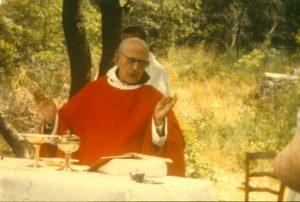 père Marie-Eugène célébrant la messe en plein air