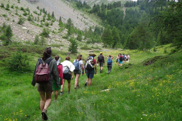 Jeunes marche montagne
