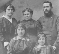Famille Grialou: Fernande (G), Marie (C: Mère d'Henri), Henri (D) Angèle (G), Berthe (D)