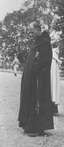Père Marie-Eugène méditant à Lourdes en 1933