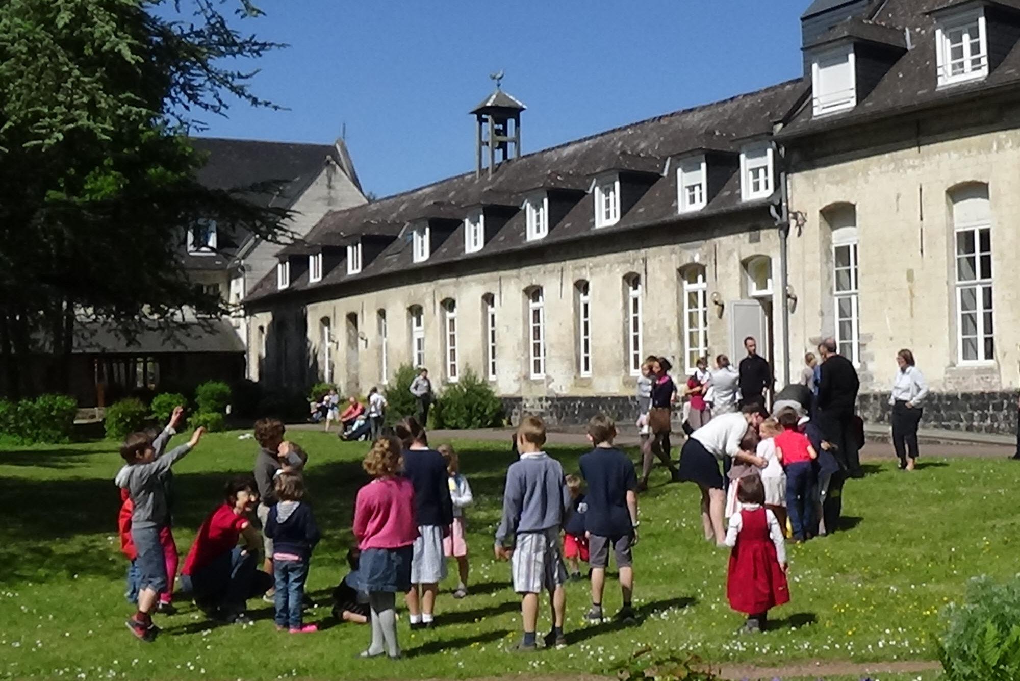 Abbaye-jeux dans la cour intérieure