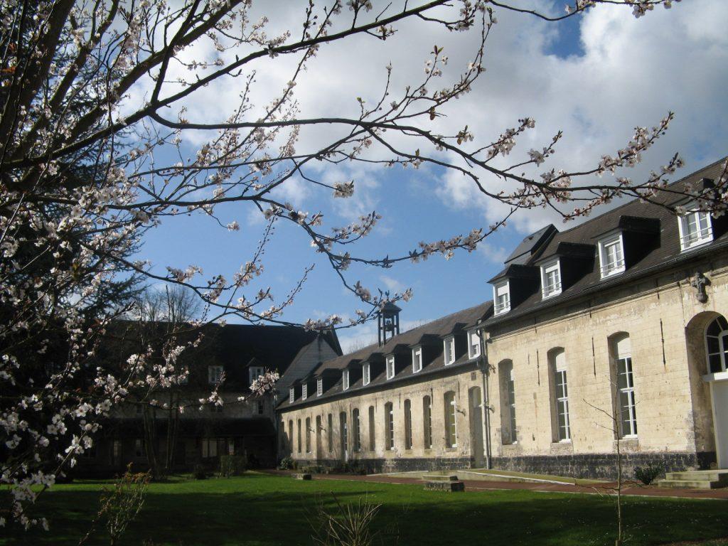 Abbaye-cour intérieure-au printemps