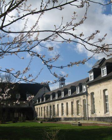 Abbaye- Cour intérieure-au printemps
