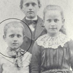Henri Grialou en 1900 avec son frère Marius et sa soeur Angèle / With his brother Marius and his elder sister / Enrique Grialou en 1900 con su hermano Mario y su hermana Ángela