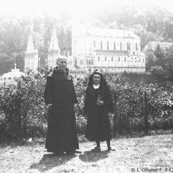 1933, Lourdes. Le Père Marie-Eugène est avec sa soeur Berthe en habit des tertiaires du Carmel / With his sister Berthe